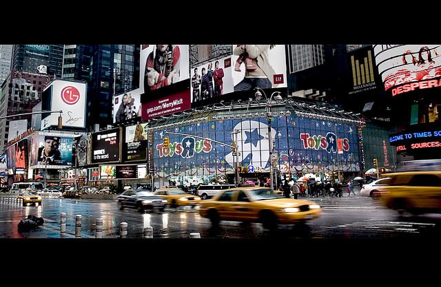 Ciudad con diversos carteles publicitarios
