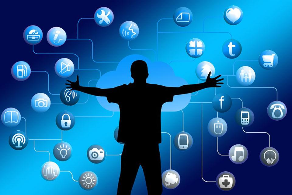 Hombre abriendo los brazos a distintas comunicaciones