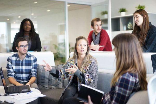 Reunión de personas en la oficina