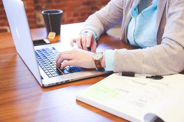 Mujer escribiendo en ordenador