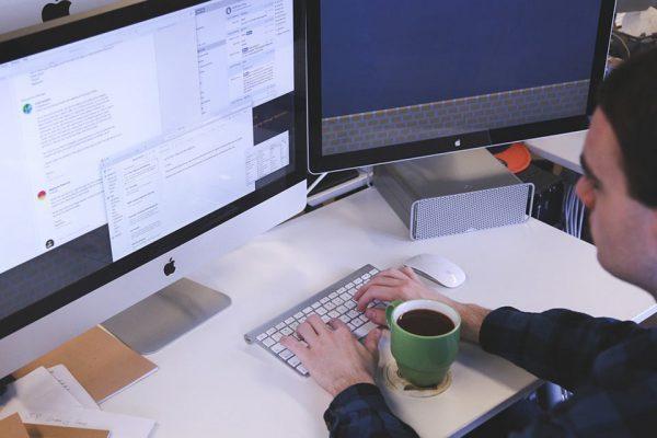 Trabajando en el ordenador con la taza de café
