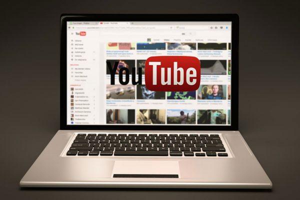 Ordenador con la palabra YouTube