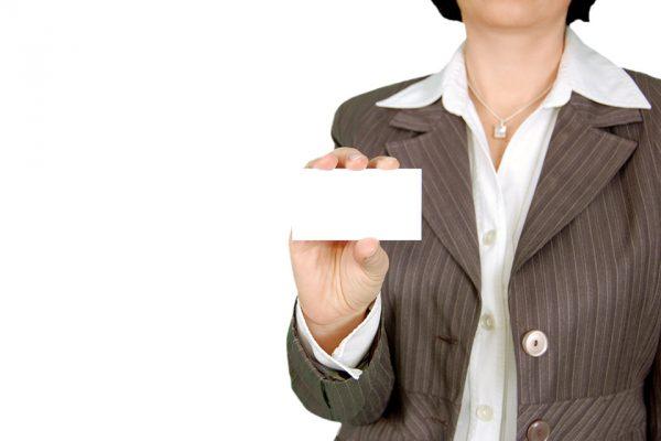 Mujer con una tarjeta en blanco