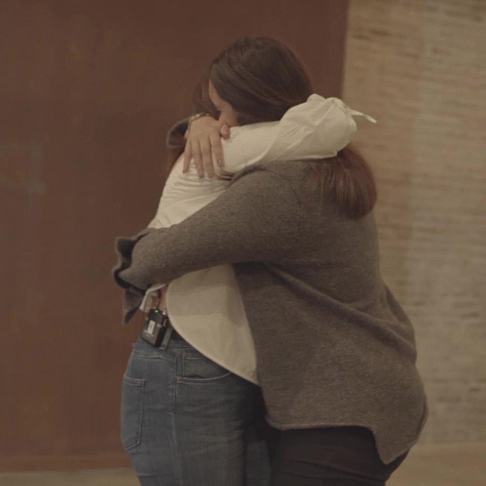 Dos mujeres dándose un abrazo
