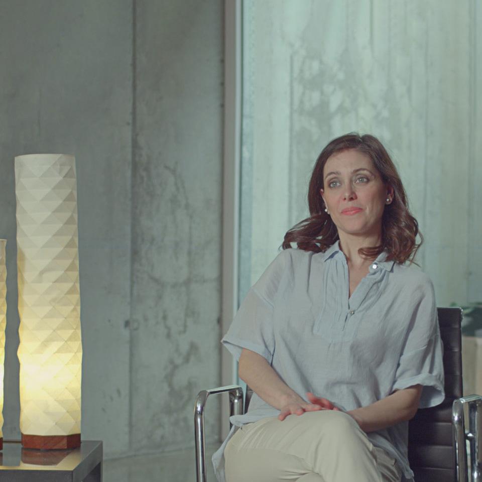 Una mujer sentada y escuchando