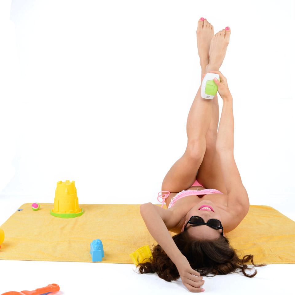 Chica con la depiladora silk'n sobre las piernas