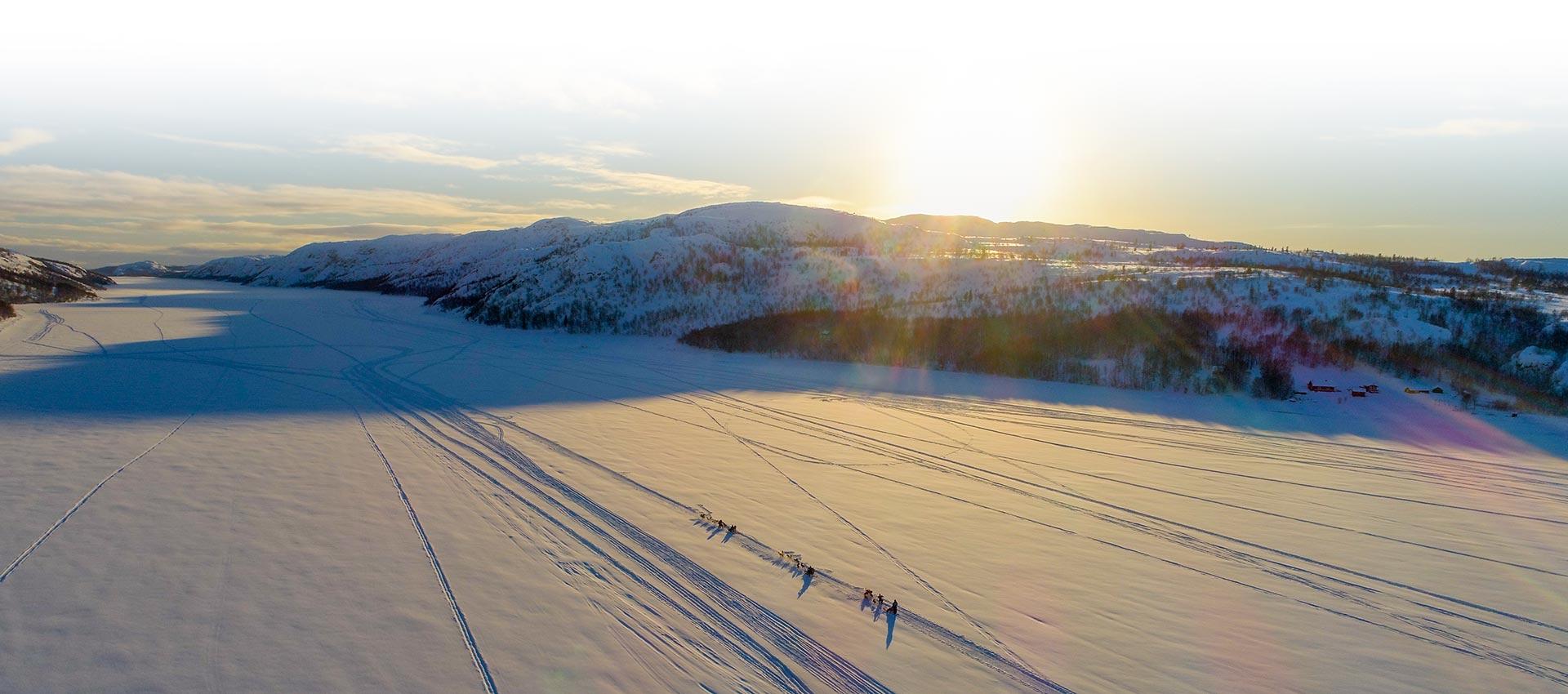 Grupo de personas en fila en la nieve. Agencia Amundsen